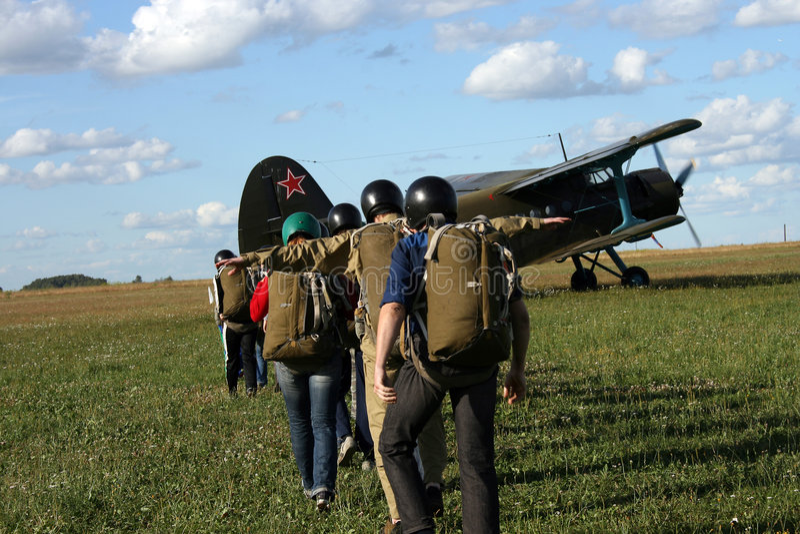 I giovani parachutists fotografia stock libera da diritti