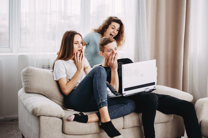 I giovani ricevono le buone notizie inattese immagine stock
