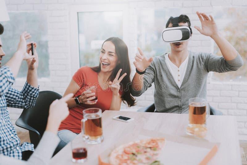 I giovani si divertono con VR sul partito a casa fotografia stock libera da diritti