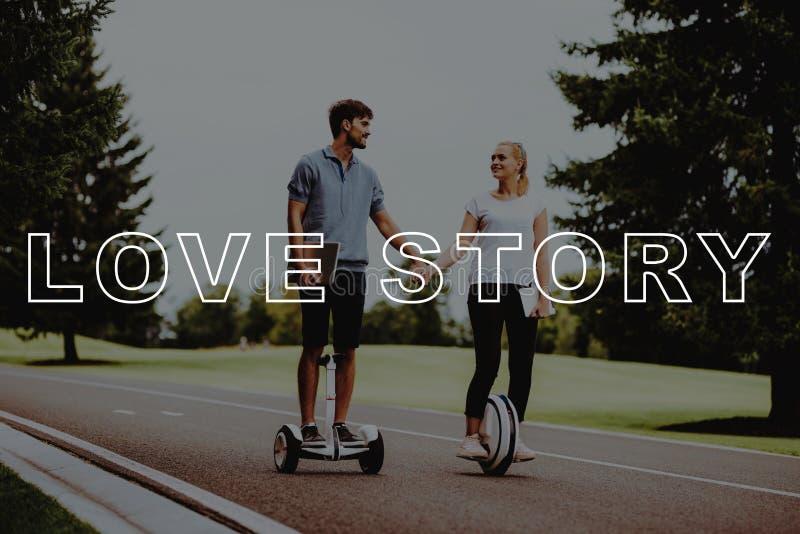 I giovani si tengono per mano Coppie Love Story immagini stock