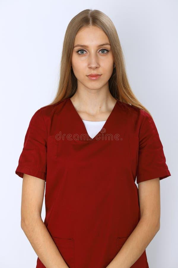 Download I Giovani Sorridenti Curano O Il Ritratto Del Chirurgo Isolato Sopra Fondo Bianco Immagine Stock - Immagine di infermiera, aiuto: 117979367