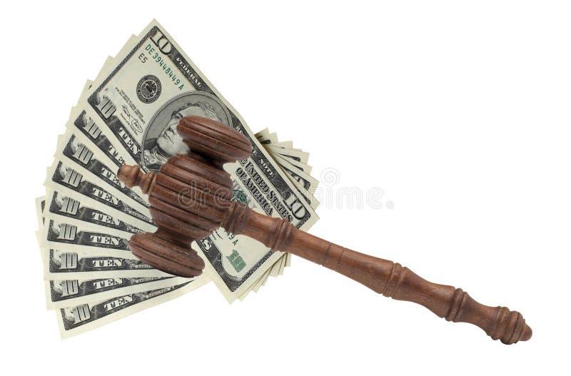 I giudici o i banditori Gavel o il martello e la grande pila dei soldi sopra corteggiano immagine stock libera da diritti