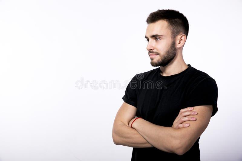 I gladlynt ung brunhårig man för profil med ett litet stilfullt royaltyfria foton