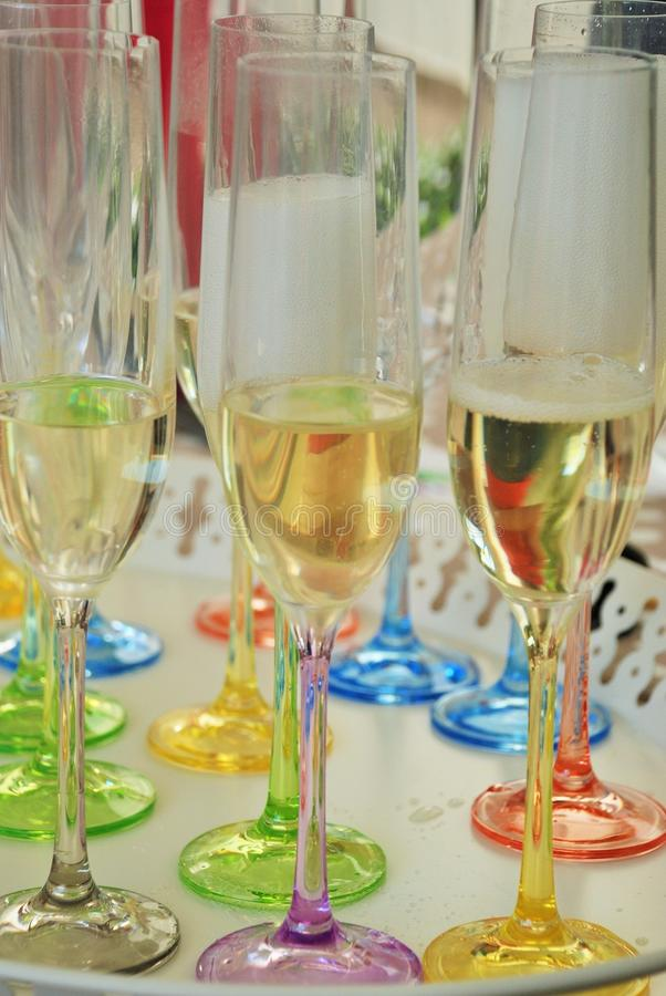I glases colorati del champagne preparano per una festa di famiglia fotografia stock libera da diritti