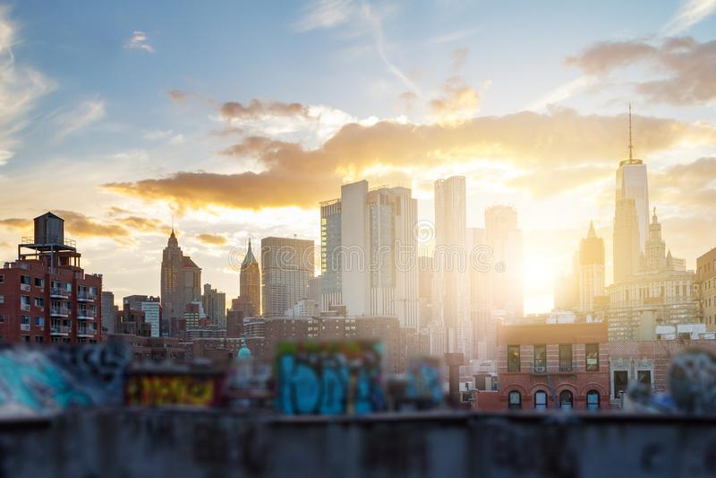 I graffiti hanno coperto le costruzioni di New York fotografie stock