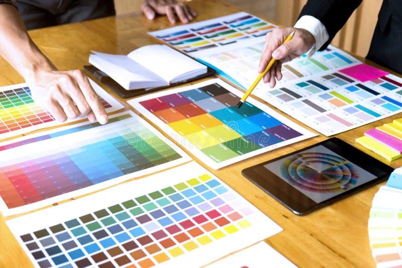 I grafici scelgono i colori dai campioni delle bande di colore per progettazione Concetto grafico del lavoro di creativit? del pr fotografie stock libere da diritti