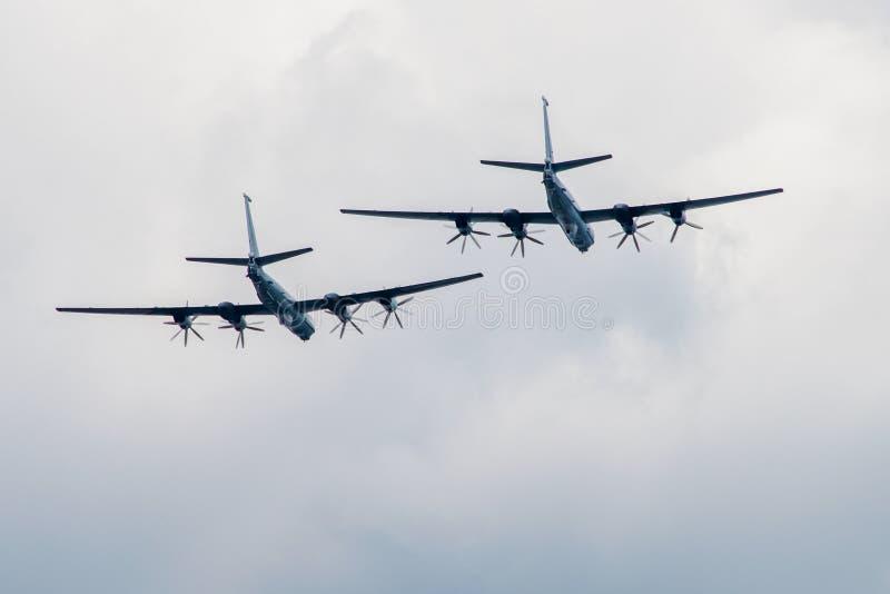 I grandi aerei volano via fotografia stock