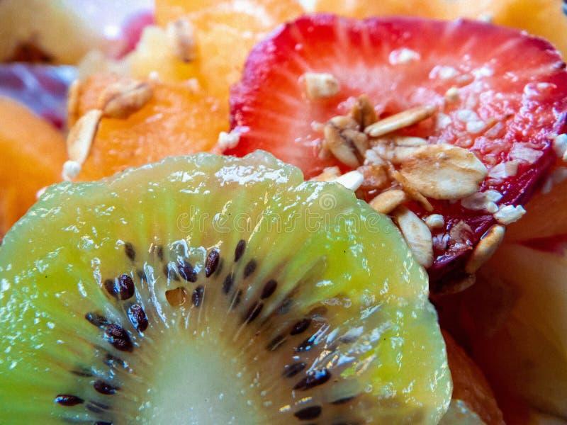 I grani starwberry del kiwi fanno colazione fotografia stock libera da diritti