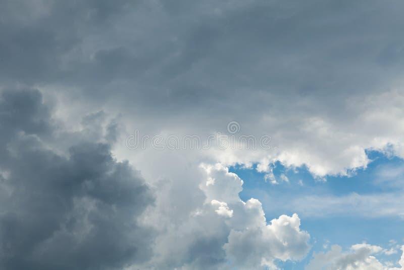 I gres scuri infuriano la nuvola piovosa Cielo drammatico, nuvola lanuginosa Tempo, cumulo fotografia stock libera da diritti