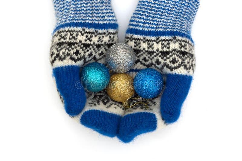 I guanti di Natale sono isolati su un fondo bianco immagini stock