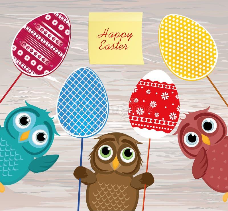 I gufi tengono le uova decorate Pasqua su un bastone multicolored vuoto royalty illustrazione gratis