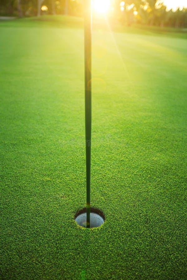 I hålet golfdomstol, solnedgångskott royaltyfria foton