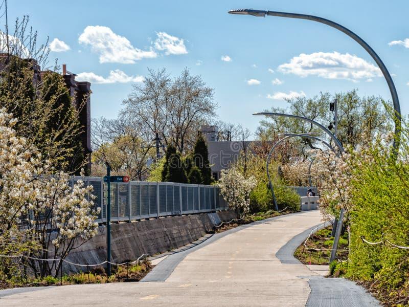 I 606 hanno elevato la traccia pedonale che esegue il percorso nel parco di Humboldt Traccia di Bloomingdale Vie di Chicago immagini stock libere da diritti