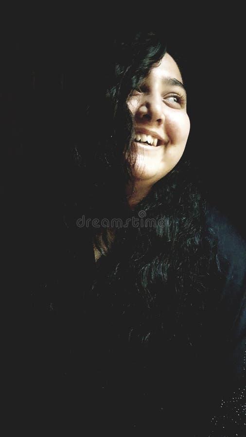 I hennes leende ser jag något som är mer härlig än änglarna arkivfoton
