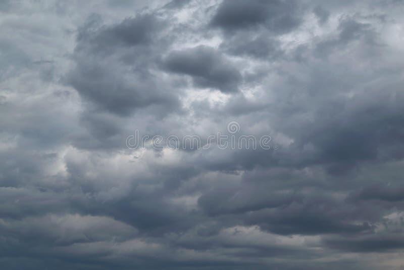 I himlen stormmolnen och molnen D?ligt v?der Stark vind och k?nsla regnet royaltyfria bilder