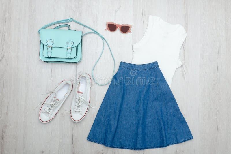 I jeans fiancheggiano, vetri, maglietta bianca e scarpe da tennis Co alla moda immagine stock libera da diritti