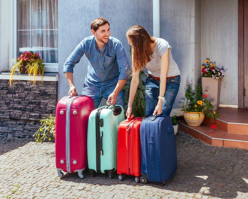 I jeans pronti di attesa della famiglia di quella blu rosa colorata multi dei bagagli della casa della casa di vacanza di viaggio immagini stock libere da diritti