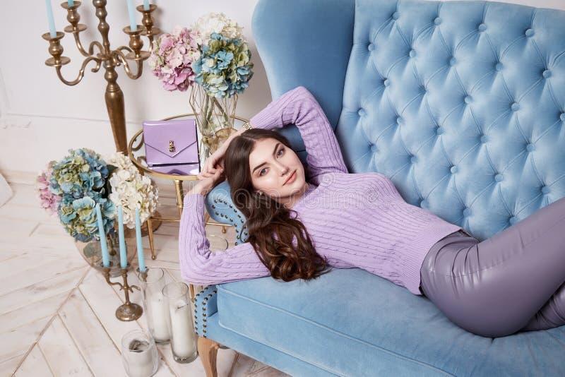 I jeans scarni bianchi del bello di donna di usura maglione merino sexy della lana perfezionano l'interior design castana lungo d fotografia stock libera da diritti