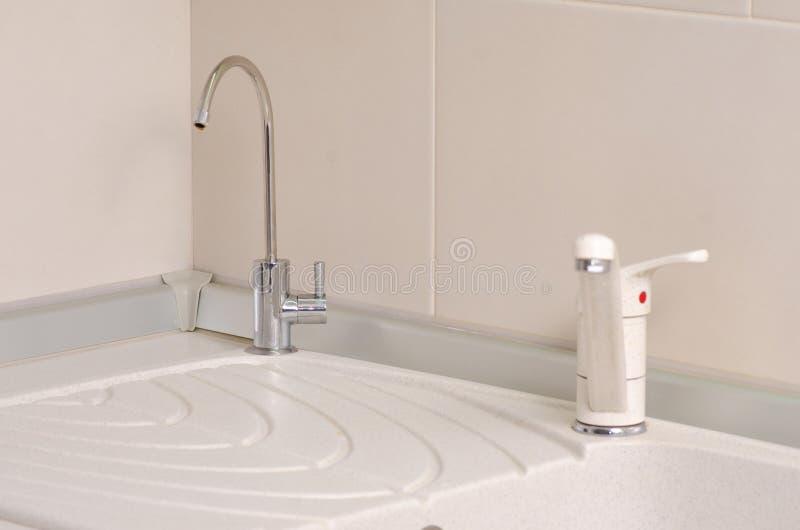 I köket ett vaskvattenkranfilter royaltyfria bilder