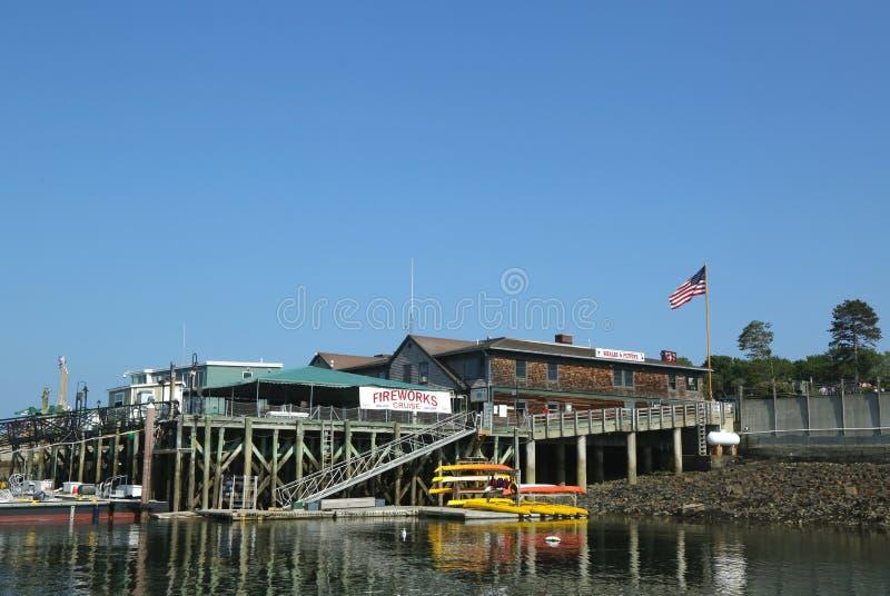 I kajak del mare pronti per i turisti in Antivari Harbor, Maine immagine stock