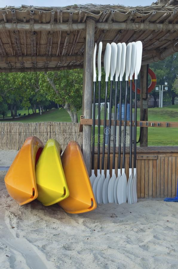 I kajak di massa dei prodotti della plastica di vari colori sono affittati fuori sopra immagine stock