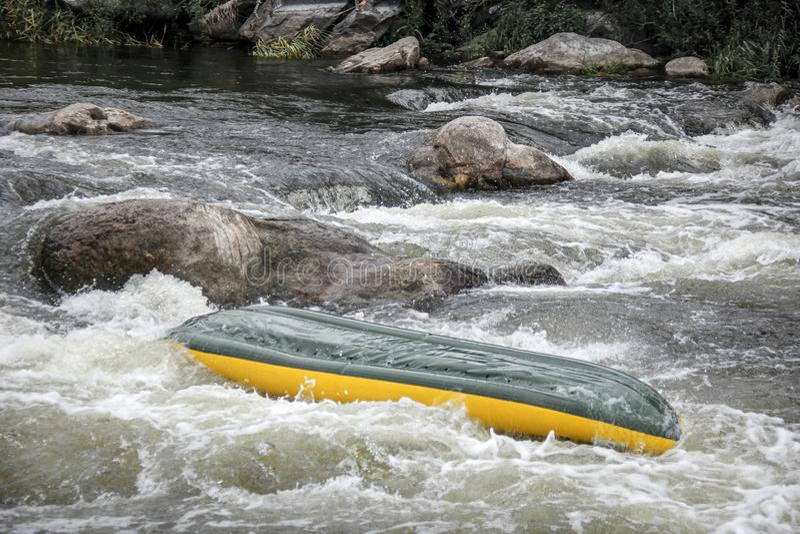 I Kayakers combatte l'acqua bianca in un fiume dell'insetto di Pivdenny fotografie stock