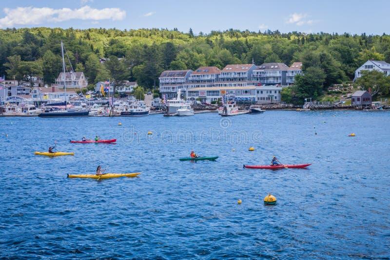 I kayakers variopinti remano nel porto di Boothbay, Maine immagini stock