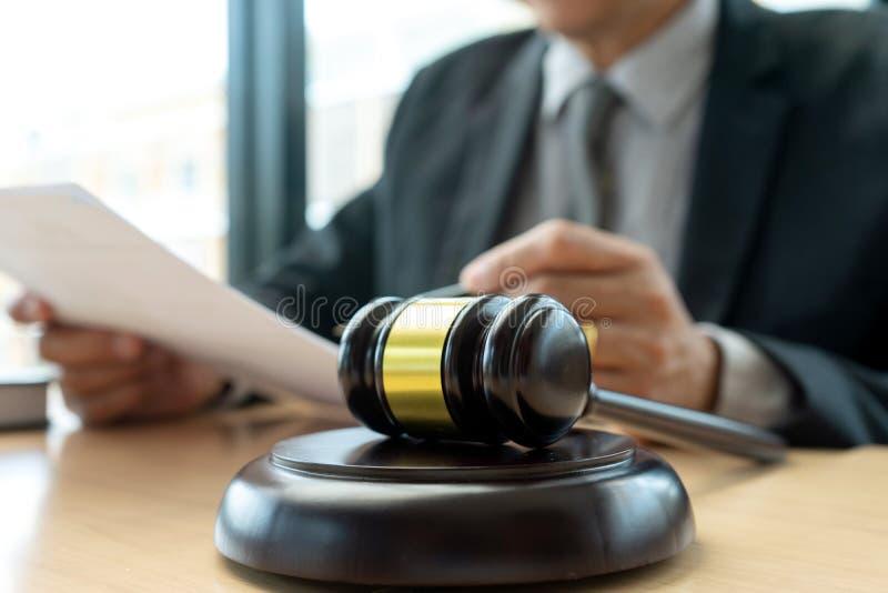 I kontoret av domaren eller advokaten arkivfoton