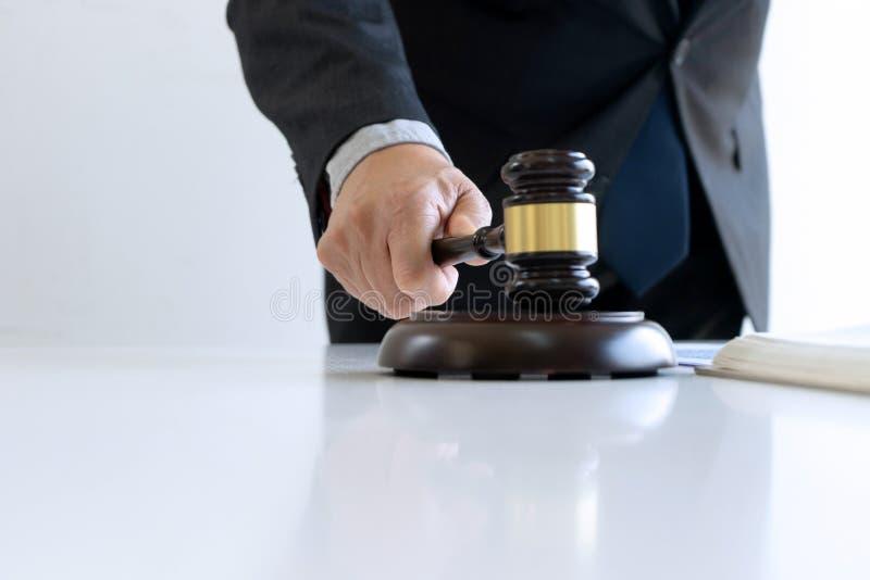 I kontoret av domaren eller advokaten royaltyfria foton