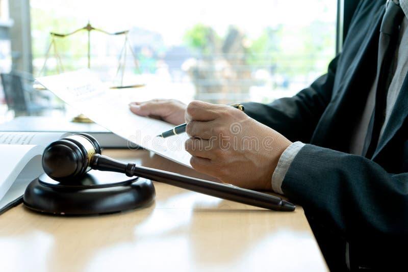 I kontoret av domaren eller advokaten arkivbilder