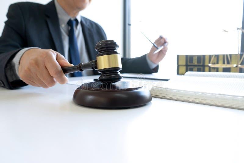 I kontoret av domaren eller advokaten royaltyfri bild