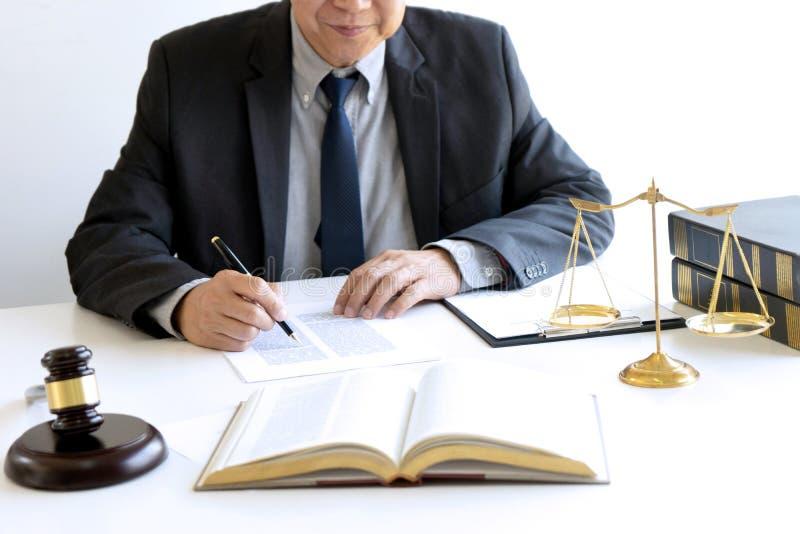 I kontoret av domaren eller advokaten arkivbild