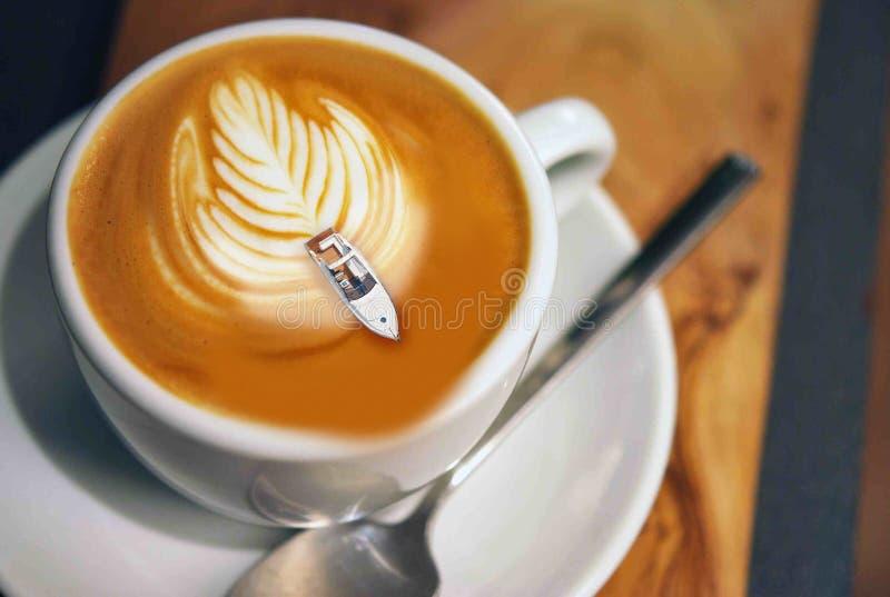 I koppen kaffe går hastighetsfartyget arkivbilder