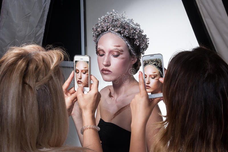 I kulisserna foto av modellen som bär idérik makeup royaltyfri foto