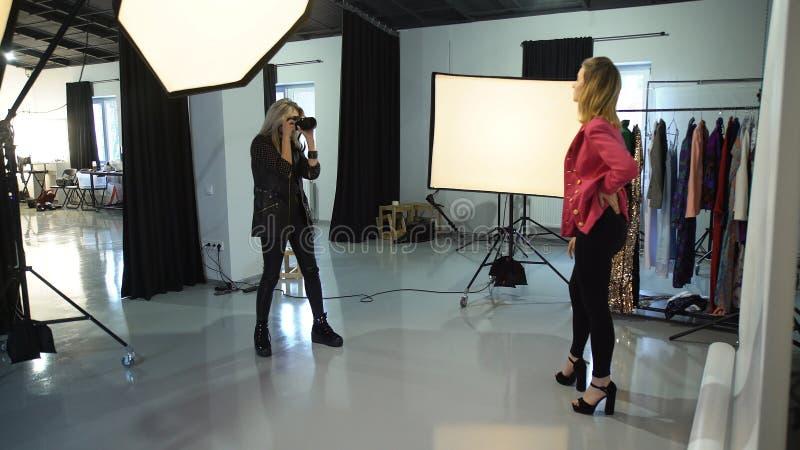 I kulisserna utrustning för modefotografiworkspace royaltyfria foton