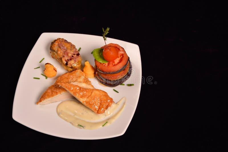 I kurczak piersi schnitzel z warzywami pomidor, oberżyna (,) fotografia stock