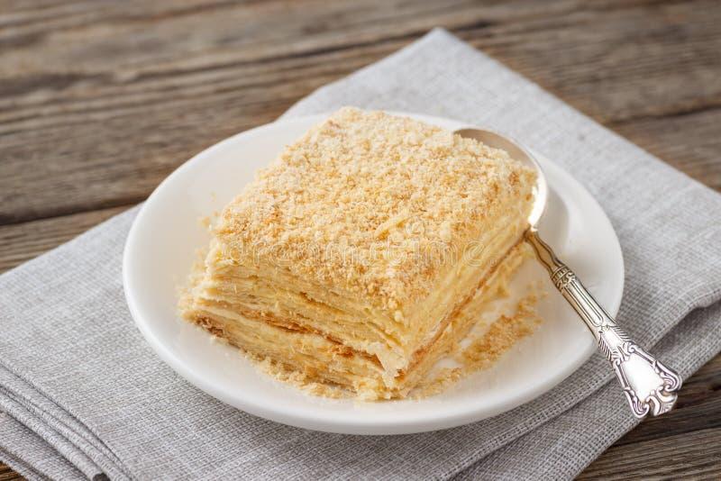 I lager kaka med den kräm- skivan för Napoleon millefeuillevanilj arkivfoton