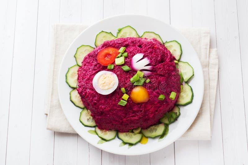 I lager sallad med sillen och beta, morötter och potatisar och äggnärbild på en platta Horisontalkopieringsutrymme royaltyfria bilder