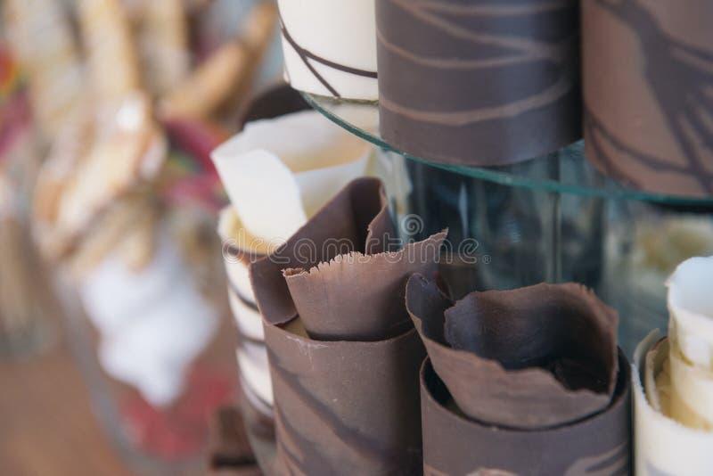 I lager tryffelkakor för choklad på en bröllopstårtatabell royaltyfri fotografi