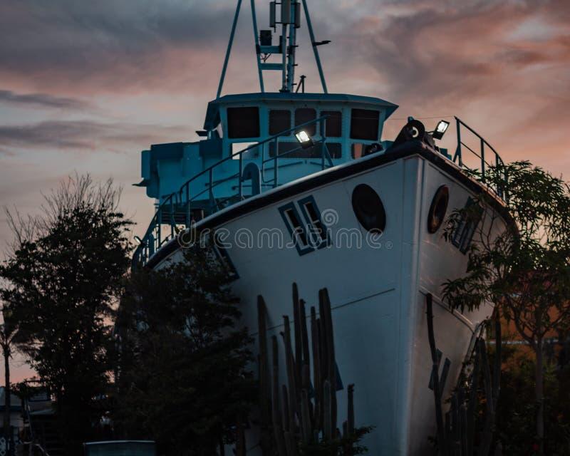 I land - fartyg/båt/yacht omvandlad till en akvariebyggnad arkivbilder