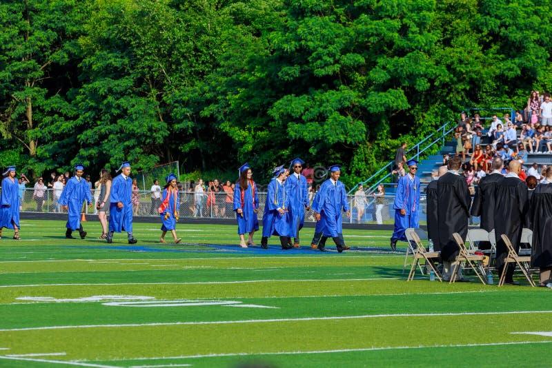 I laureati stanno camminando la linea per ottenere un diploma fotografia stock libera da diritti