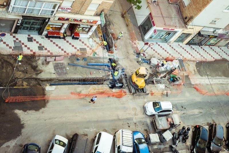 I lavoratori cambiano i tubi della rete dell'acqua di citt? fotografie stock