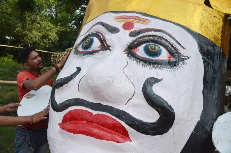 I lavoratori che preparano una testa di un effigie di dimensione del mostro di dieci hanno diretto re Ravan del demone a Bhopal fotografia stock