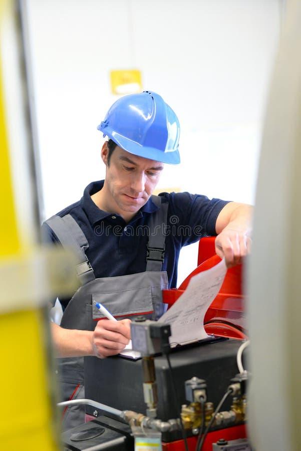 I lavoratori dell'industria ispezionano la tecnologia di una pianta per il functio fotografie stock libere da diritti