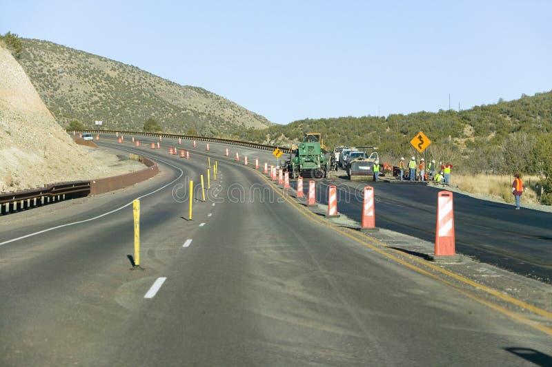 I lavoratori della strada principale lavorano alla strada principale di stato su prenotazione indiana di Mescalero Apache vicino  fotografia stock libera da diritti