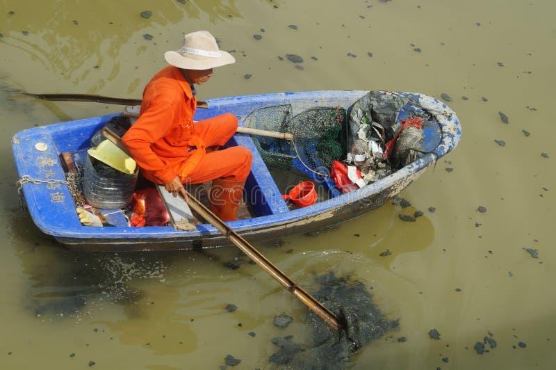 Download I Lavoratori Di Risanamento Puliscono I Rifiuti Nel Fiume Immagine Stock Editoriale - Immagine di pollutants, cinese: 55353249