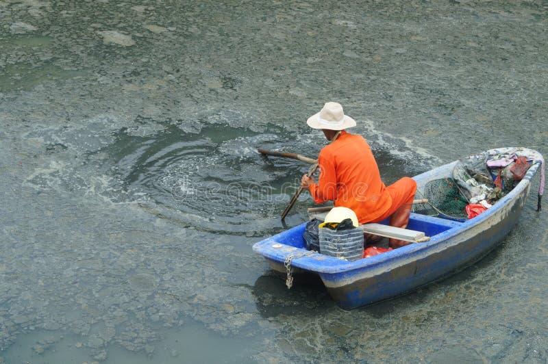 Download I Lavoratori Di Risanamento Puliscono I Rifiuti Nel Fiume Fotografia Stock - Immagine di pollutants, fiume: 55354386