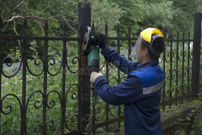 I lavoratori hanno tagliato via il recinto del ferro fotografia stock libera da diritti