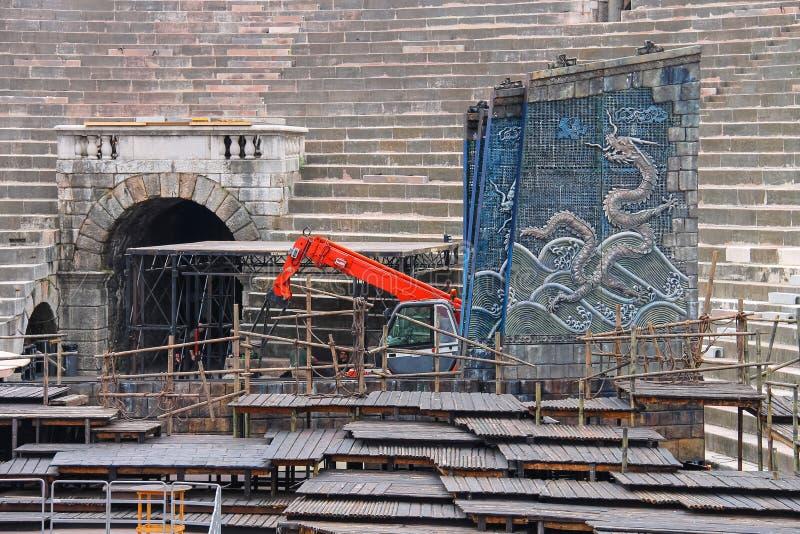 I lavoratori installano una fase teatrale per il festival a Verona fotografia stock libera da diritti