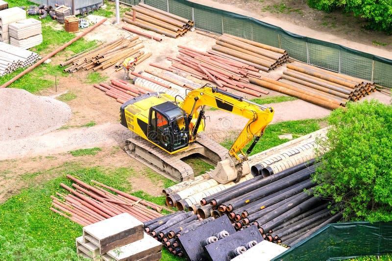 I lavoratori riparano la conduttura r r fotografie stock